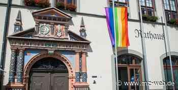 Stadt Bernburg will vorm Rathaus bald eine Regenbogenfahne hissen: Zeichen für Toleranz und Nächstenliebe - Mitteldeutsche Zeitung