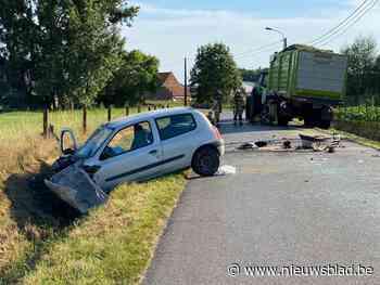 Bestuurder (44) zwaargewond na klap tegen tractor