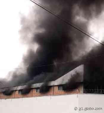 Incêndio destrói metade de barracão com veículos elétricos em Pinhais, diz Corpo de Bombeiros - G1