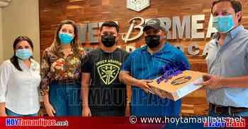 Ivett Bermea junto a empresarios y regidores entregan 2 laptop - Hoy Tamaulipas