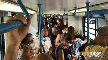 Roma Lido, il distanziamento sociale è tra un treno e l'altro: corse saltate e treni pieni