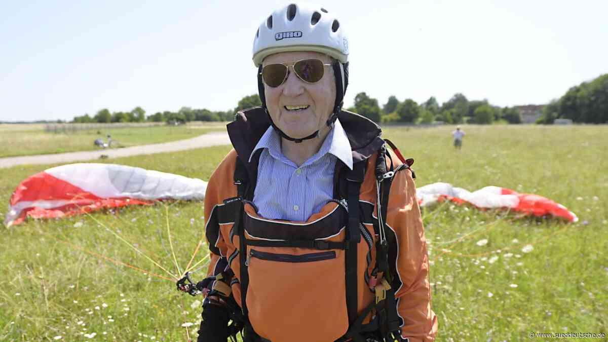 Gleitschirmfliegen mit 87 Jahren - Süddeutsche Zeitung