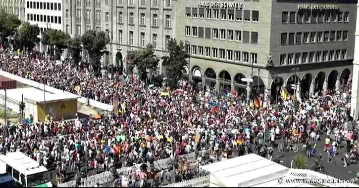 """Berlino, migliaia di negazionisti (senza mascherine) in piazza per protestare contro le restrizioni anti-Covid: """"Corona, falso allarme"""""""