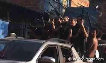 Polícia investiga realização de videoclipe no Jacarezinho; imagens mostram homens com armas para o alto - Jornal O Globo