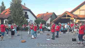 Niedereschach: Musiker der Trachtenkapelle Kappel überraschen Einwohner mit Platzkonzerten - Niedereschach - Schwarzwälder Bote