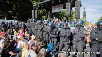 Polizei löst Kundgebung auf: Berlin: 20.000 Menschen demonstrieren gegen Corona-Auflagen
