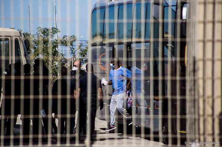 Treviso, rivolta nel focolaio più grande: migranti devastano caserma