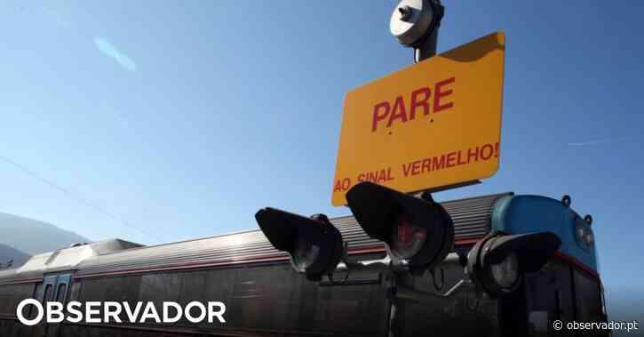 Colisão entre comboio e veículo ligeiro faz um morto perto de Leiria - Observador