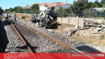 Comboio colide com carro e faz um morto em Leiria - Correio da Manhã