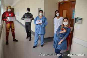 """""""Super-heróis"""" entregam cartas de incentivo aos profissionais do Hospital Santa Isabel - O Município Blumenau"""