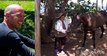 Ariel Ruiz Urquiola agradece a su madre mantener la finca en pie - ADN Cuba