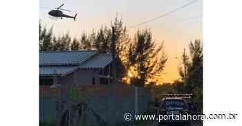 Laguna: Operação que investiga assalto em Pescaria Brava prende receptador no Bairro Perrixil; submetralhadora é encontrada em esconderijo - Portal AHora