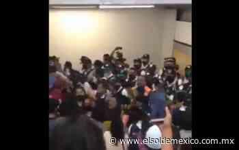 [Video] Pelean vagoneros y policías en Metro Pino Suárez - El Sol de México