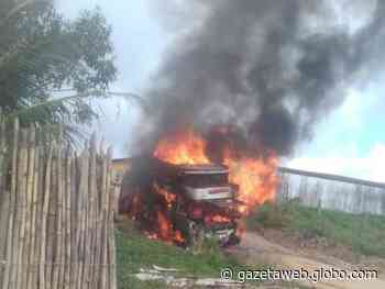 Carro pega fogo e fica completamente destruído em Porto Calvo - Gazetaweb.com