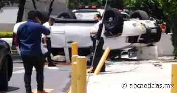 Vuelcan 2 hombres en San Pedro; serían escoltas - ABC Noticias MX