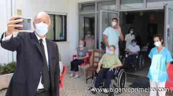 Covid.19:Marcelo esteve no lar de Boliqueime e prometeu voltar «sem máscara» - Algarve Primeiro