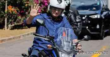 Bolsonaro deixa Alvorada para passear de moto - Estado de Minas