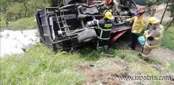 Vehículo se volcó en la escombrera en la antigua vía a Arauca - La Patria.com