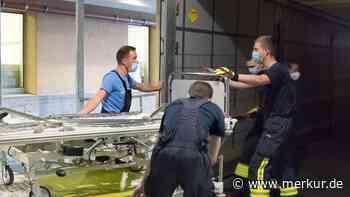 Mitglieder der Ebersberger Feuerwehr halfen unentgeltlich beim Verladen der Betten. - Merkur.de
