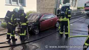 Warstein-Allagen Eilmecke: Feuerwehr im Einsatz - Renault in Flammen - Rauch zieht in Gebäude - soester-anzeiger.de