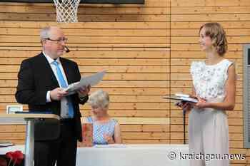 """Übergabe der Abiturzeugnisse am Edith-Stein-Gymnasium Bretten: """"Wachst in Eurem Urteilsvermögen"""" - Bretten - kraichgau.news"""