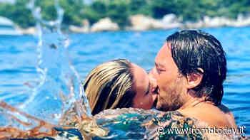"""Ilary Blasi bacia Totti in mare. Lui: """"Sembri un piranha"""""""