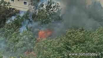 Incendio a Monte Ciocci: fiamme minacciano abitazioni, strade chiuse e soccorritori sul posto