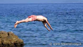 Il tempo di un tuffo nel lago: esce dall'acqua, sono spariti zaino e soldi - BresciaToday