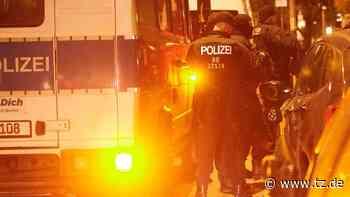Berlin: Irre Bilder im Video! Polizisten ergreifen nach Stein-Attacke auf Streifenwagen die Flucht - tz.de