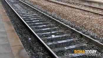 Tragedia sui binari, morta una donna investita da un treno: indagini in corso