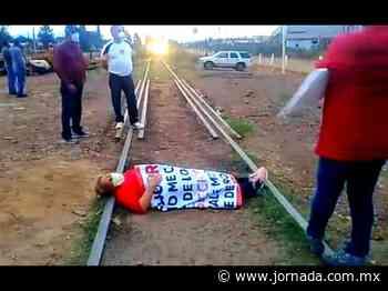 Esposas de mineros 'toman' vía del tren y carretera Cananea-Ímuris - La Jornada