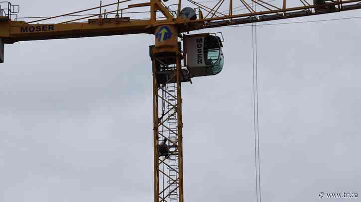 Protestaktion in Regensburg: Bauarbeiter besetzen Kräne - BR24