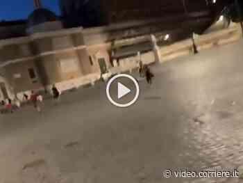 Roma, piazza del Popolo parcheggio (abusivo) di monopattini elettrici - Corriere TV