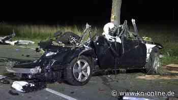 Auto prallt gegen Traktor - zwei Tote