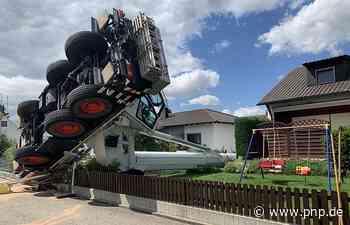 Baukran kippt in Garten - direkt neben die Kinderschaukel - Passauer Neue Presse