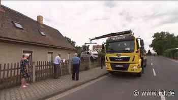 Schwerer Unfall in Brandis, Sachsen: Auto überschlägt sich und landet in Garten von Familie Schröder - RTL Online