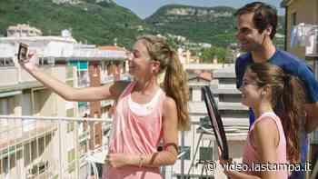 La sorpresa di Federer alle giovani tenniste di Finale Ligure che avevano palleggiato sui tetti in pieno lockdown - Video - La Stampa