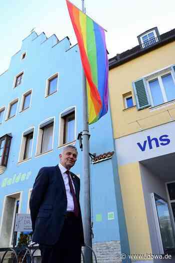 Moosburg an der Isar: Regenbogenfahne an der VHS: Ein Zeichen für Toleranz - idowa