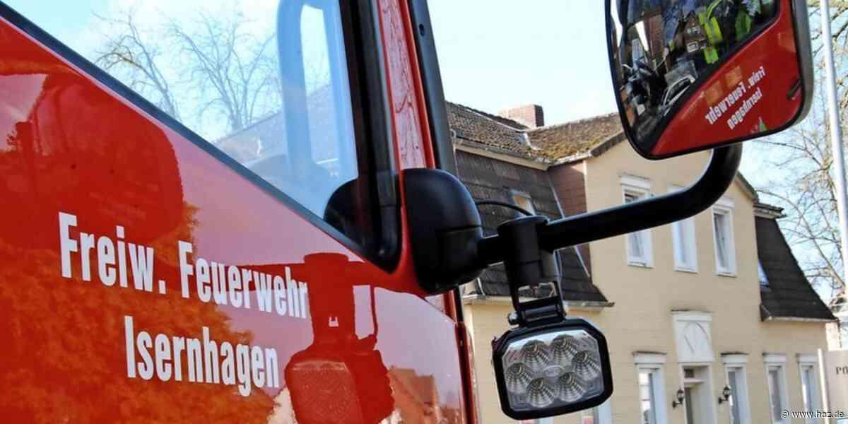 Isernhagen: Feuerwehr beseitigt Baum auf Steller Straße in Kirchhorst - Hannoversche Allgemeine