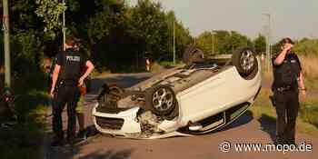 Schwerer Unfall bei Hamburg: Auto knallt gegen Laterne und überschlägt sich - Hamburger Morgenpost