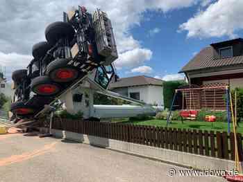Unfall in Neustadt a.d. Donau: Baukran stürzt genau zwischen zwei Wohnhäuser - idowa