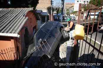 Carro invade casa no bairro Santa Isabel, em Viamão - GaúchaZH