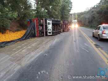 Caminhão tomba entre Passo Fundo e Marau | Rádio Studio 87.7 FM - Rádio Studio 87.7 FM