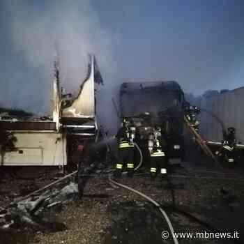 Brugherio, una roulotte e un camion avvolti dalle fiamme. Vigili del fuoco in azione - MBnews