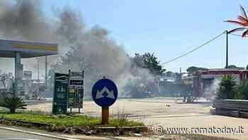 Incendio sulla Pontina, le fiamme minacciano una pompa di benzina