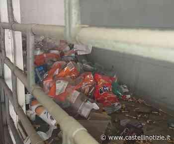Velletri - Accumulo di rifiuti dietro la serranda di un negozio in via XXIV Maggio - Castelli Notizie