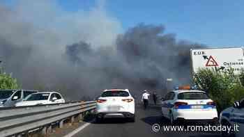 Incendio a Magliana, il fumo nero invade il viadotto: traffico in tilt