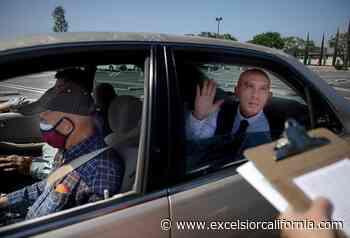 ¿Cómo juramentan los nuevos ciudadanos? En Santa Ana, 'de lejitos' y en sus autos - Excelsior