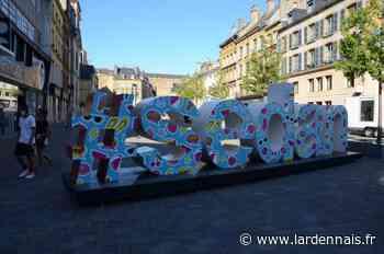 La sculpture #Sedan en tenue d'été - L'Ardennais