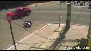 Motociclista cai em bueiro após ser atingida por carro em Paragominas, no PA; VEJA VÍDEO - G1